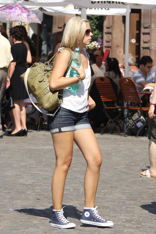 Девушки на городских улицах