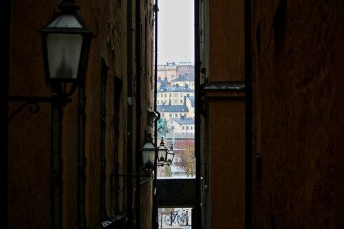 сквозь узкие улицы