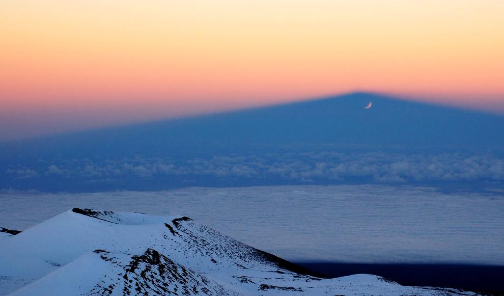 Относительно подножия, находящегося на дне океана, высота горы составляет 10 203 метра, что бол