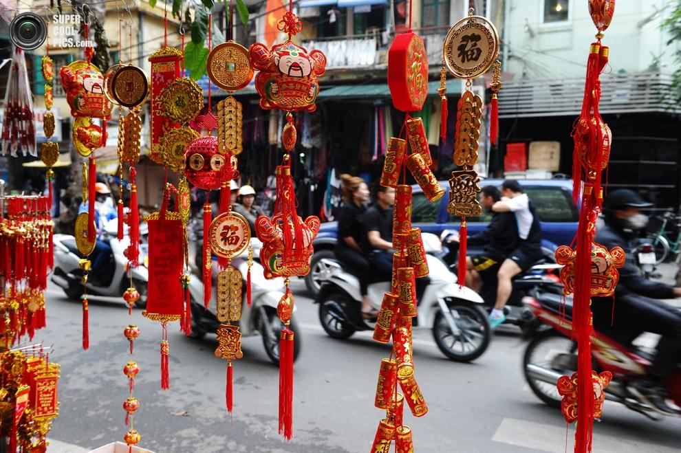 Продажа новогодних украшений в центре Ханоя.(HOANG DINH NAM/AFP/Getty Images)
