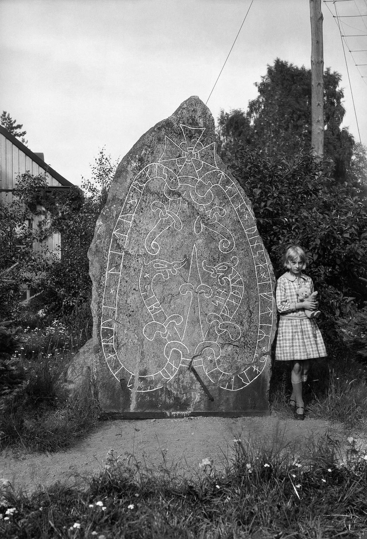 На большинстве камней нанесены надписи с помощью рунического алфавита «младший футарк» из 16 символо