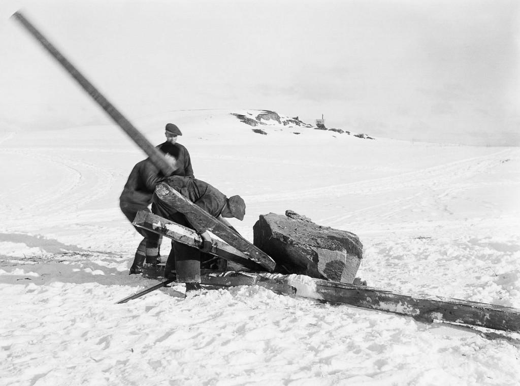 В Швеции насчитывают около 2500 рунных камней. На этих фотографиях, сделанных с 1899 по 1947 года, з