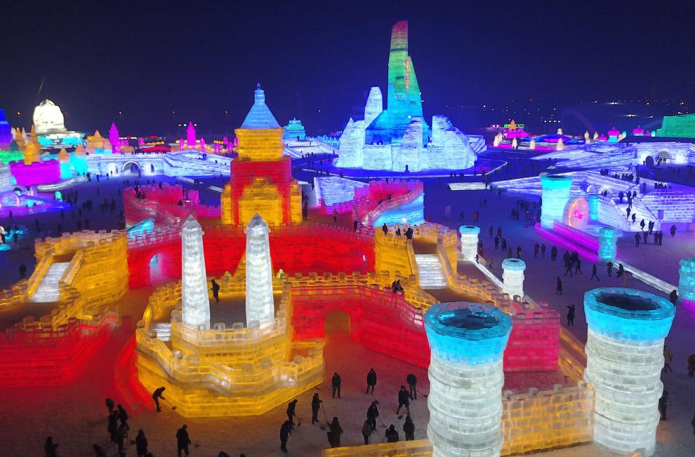 9. Разноцветное освещение ледяных строений, кареты с лошадьми превращает это место в настоящий