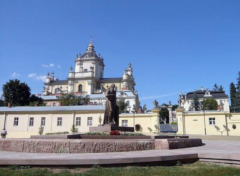 Львов. Памятник митрополиту Андрею Шептицкому  перед Собором Святого Юра