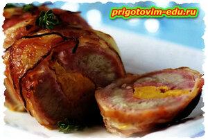 Фаршированная ананасом свинина в беконе