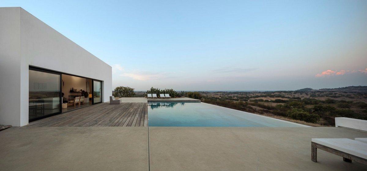Открытый бассейн в частном доме