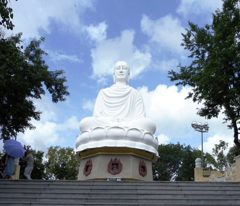 Статуя Белолого Будды