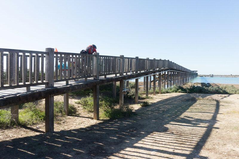 деревянный пешеходный мост через реку у Puerto Real, Кадис