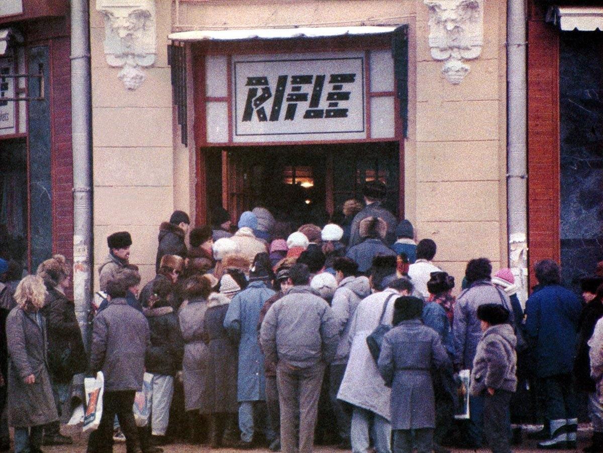 1990. Москва. Очередь в магазин RIFLE
