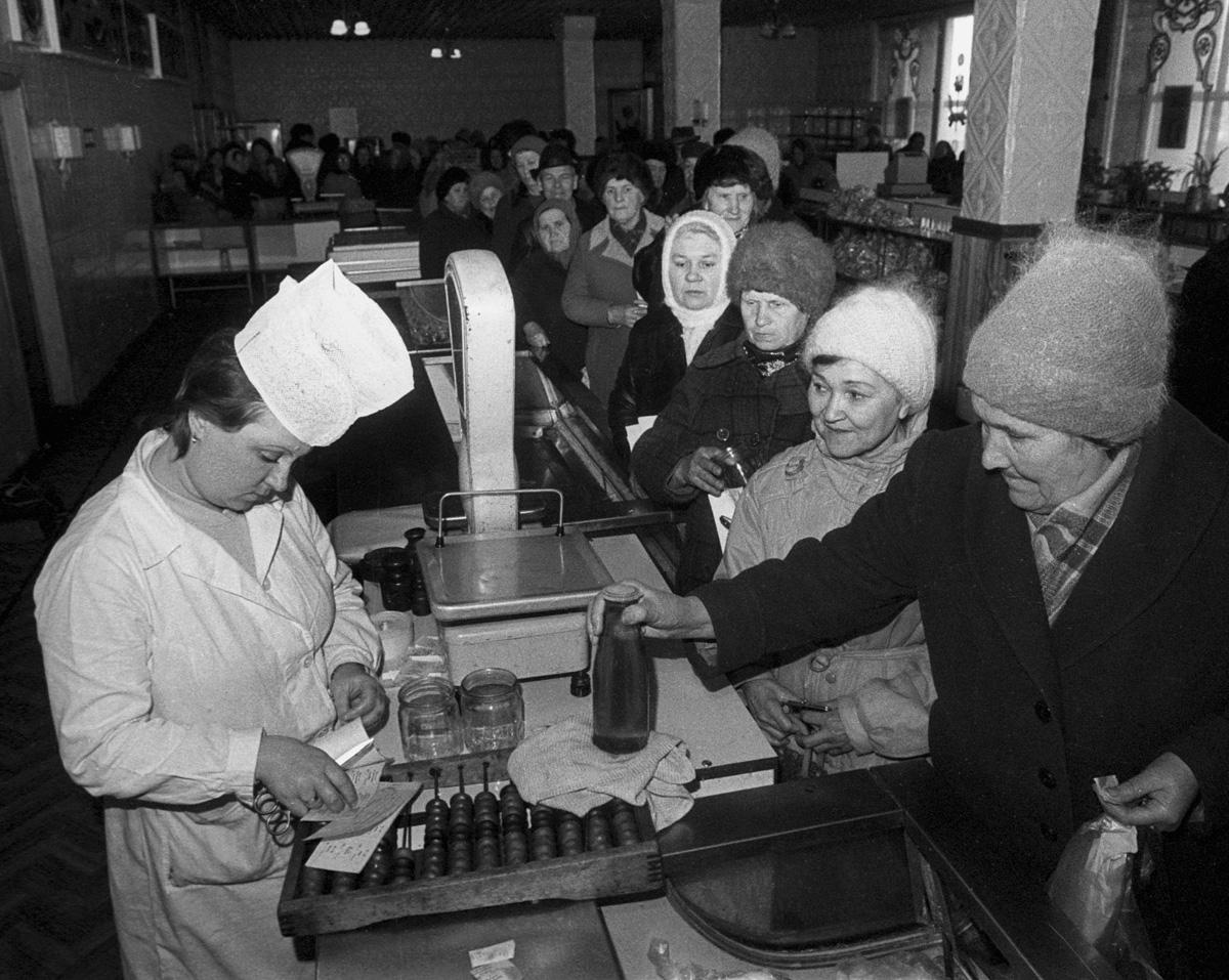 1991. В гастрономе ОРСа Забайкальской железной дороги. Привезли растительное масло