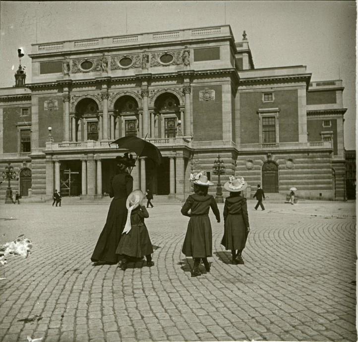 1901. Дама с девочками на площади Густава Адольфа. Швеция, Стокгольм