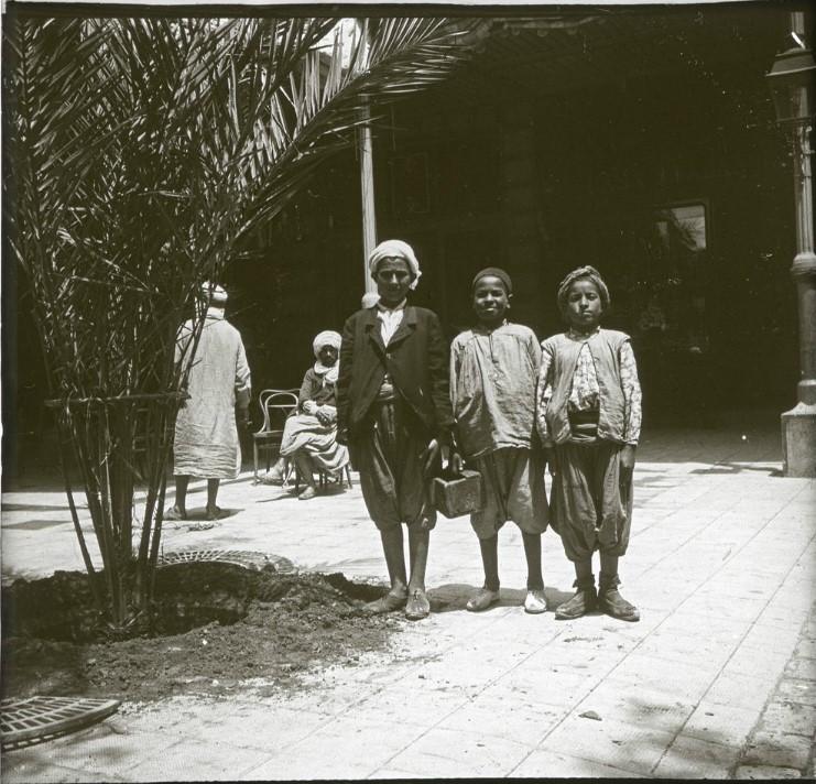 1903. Чистильщики штиблет у гостиницы Континенталь. Алжир, Оран