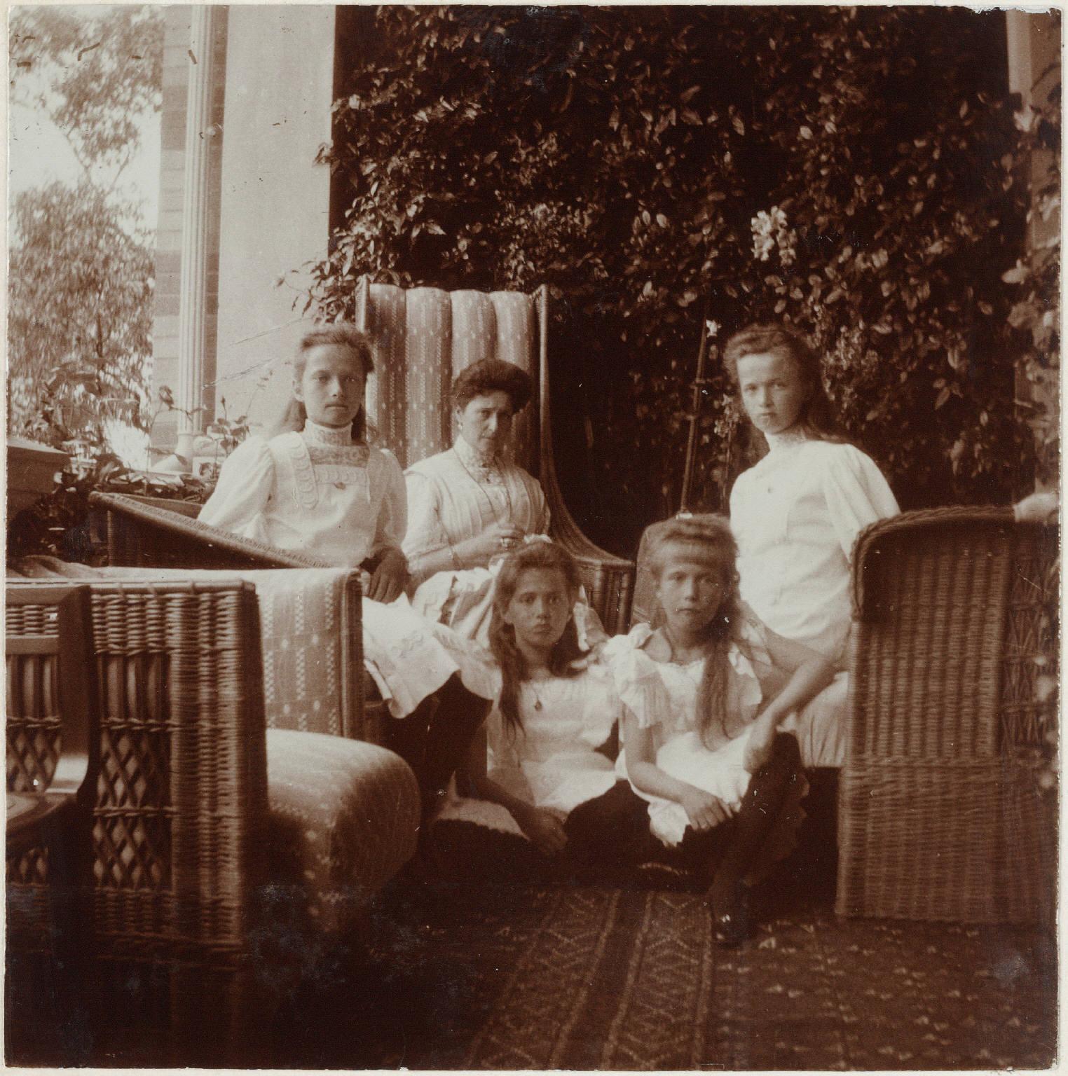 1908. Александра Фёдоровна с дочерьми на Нижней даче