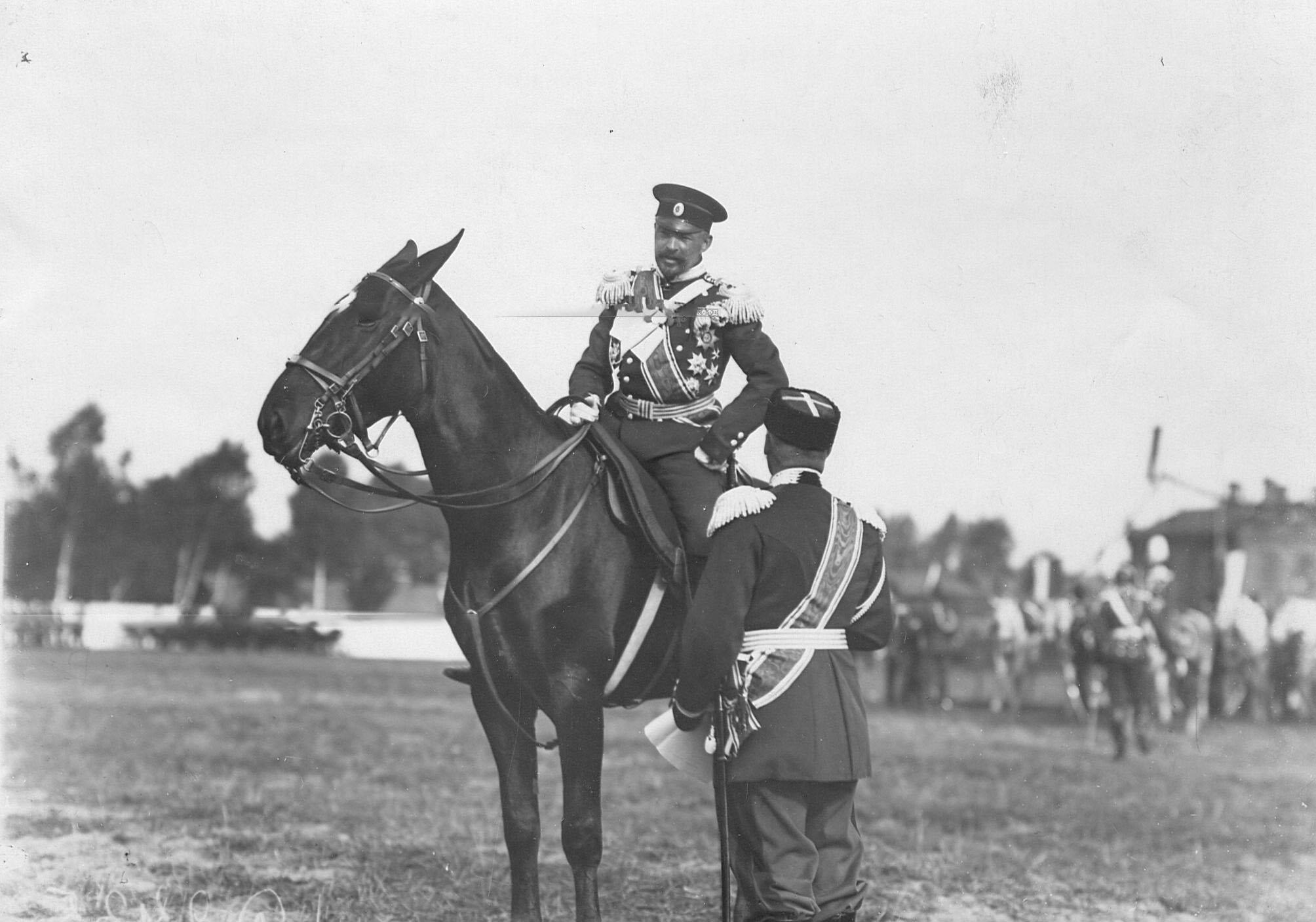 Командир полка генерал-майор Л.Н.фон Баумгартен (на коне) в день празднования 250-летнего юбилея полка