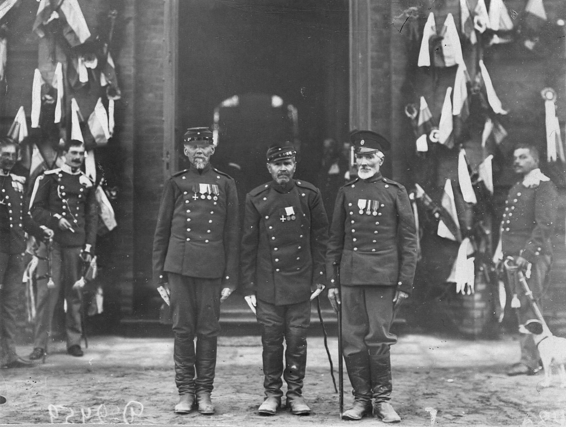 Группа ветеранов полка у здания казармы, декорированного в честь 250-летнего юбилея Уланского полка