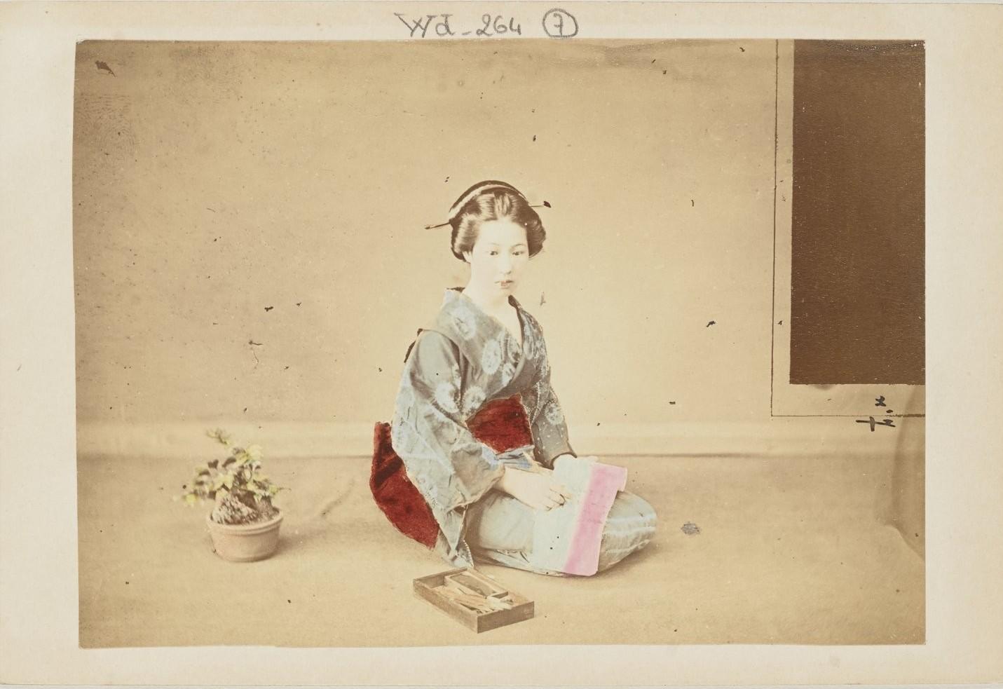 Молодая женщина за шитьем