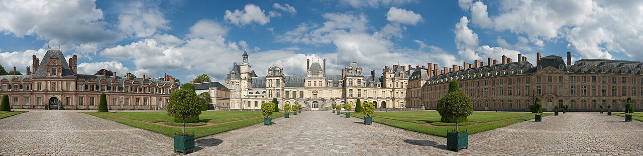 1500px-Palace_of_Fontainebleau,_France_-_July_2011.jpg