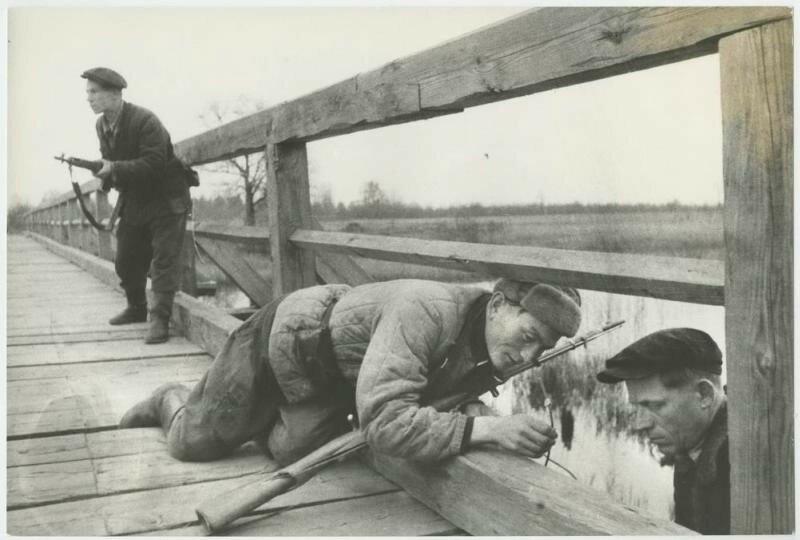 Белорусские партизаны взрывают мост, 1943 год.jpg
