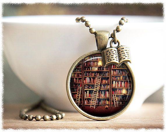 Кулон с крошечной библиотекой.