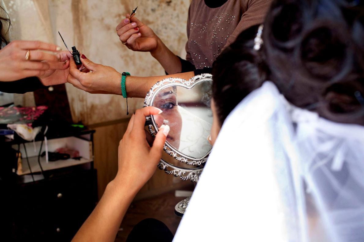 Невеста наносит макияж перед свадьбой. Как правило, мать жениха начинает процесс сватовства, но Сула