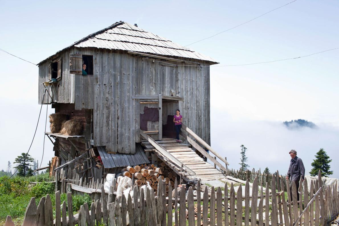 Грузинская семья из Аджарии живет в этом доме летом, что распространено среди местных крестьян. Обыч