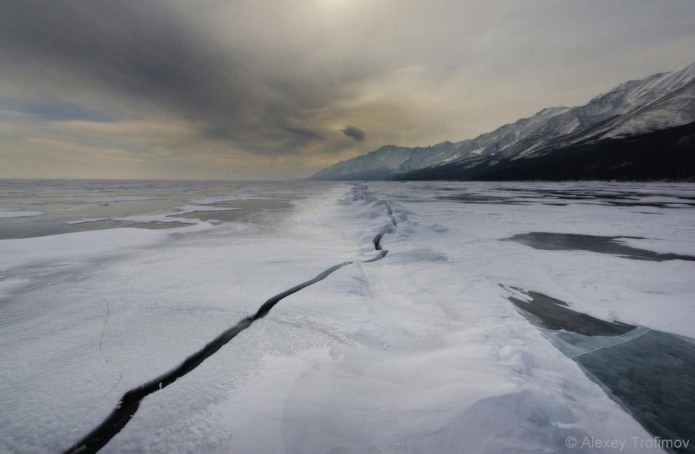 8. Лед у Саган-Моряна. Чуть южнее мыса Елохин есть река, которая «течет» даже в самые жуткие мо