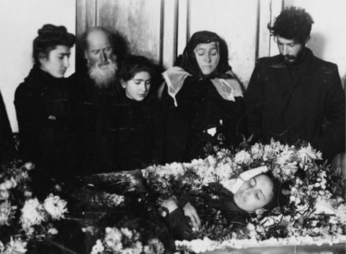 Разные источники в разные времена публиковали противоречивую информацию об отношениях Сталина (урожд