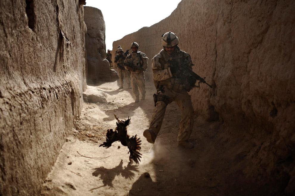 Семилетняя афганская девочка на борту американского медицинского вертолета. Получила травму гол