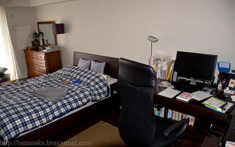 В гостиной стоит небольшой диван.