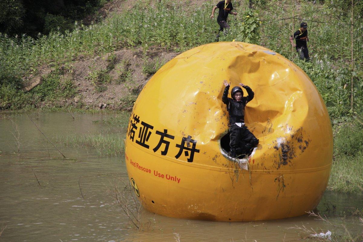 10. Китайский изобретатель Ян Цзунфу радуется успешно пройденным испытаниям своего шаровидного конте