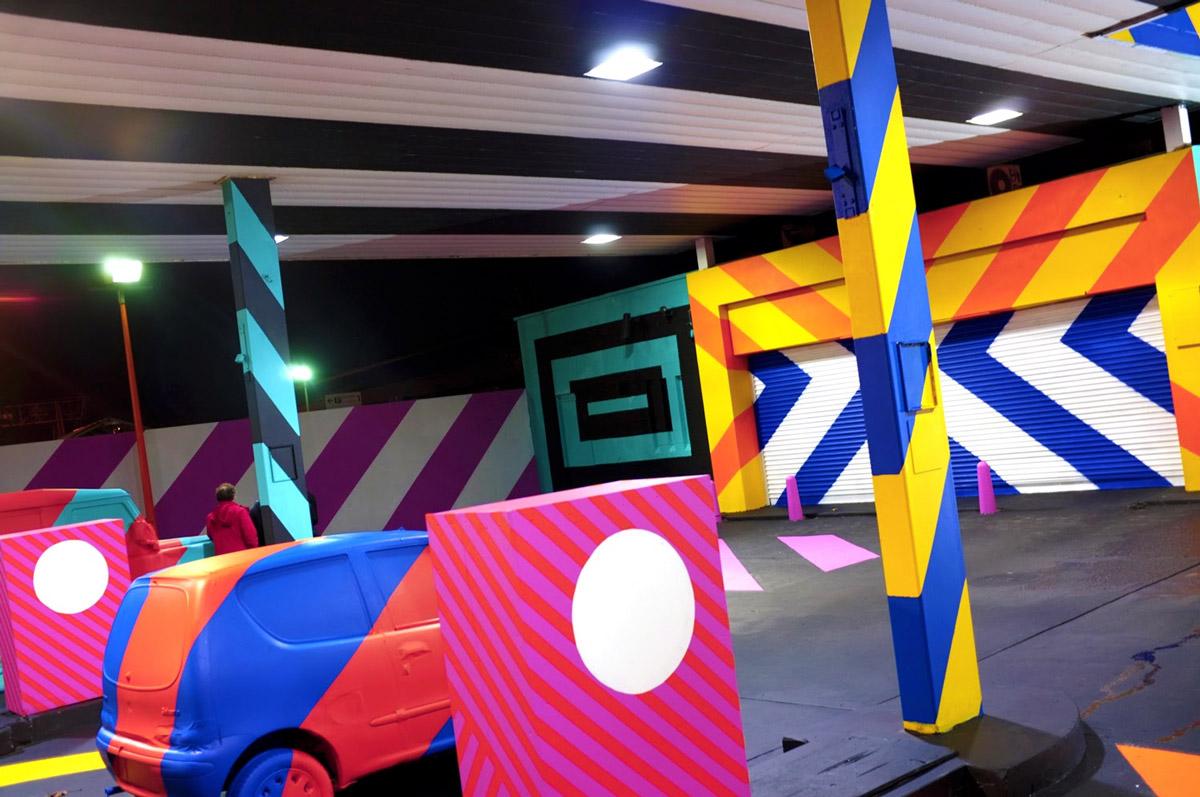 Posto desativado vira uma instalacao pop art