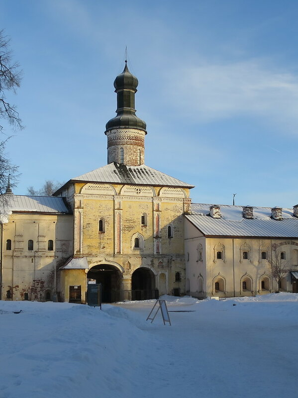 Кирилло-Белозерский монастырь. Церковь Иоанна Лествичника (6) и Святые ворота
