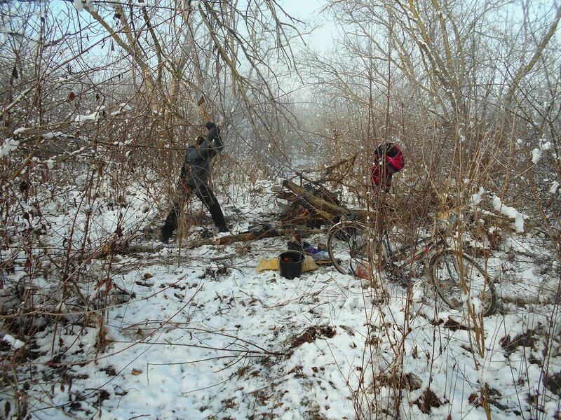 В условиях походных, с велосипедом, в трудах и у костра, снег ... DSCN0300.JPG