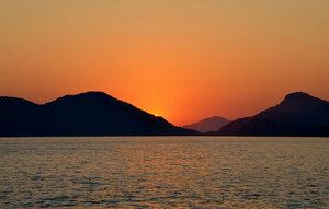 И мирный вечера пожар  Волна морская поглотила
