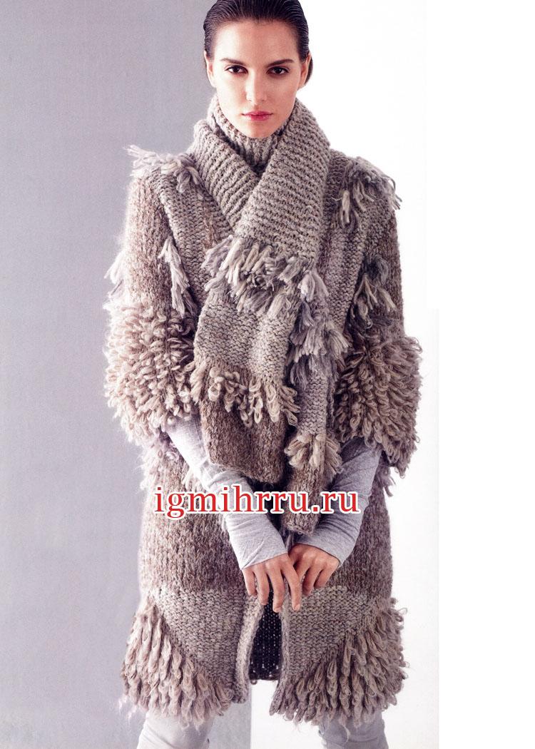 Серо-бежевое пальто с меховой отделкой и шарф с бахромой. Вязание спицами