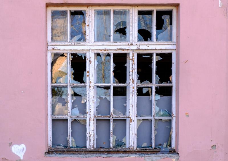 разбитое окно, розовые стены, белое сердце нарисованное