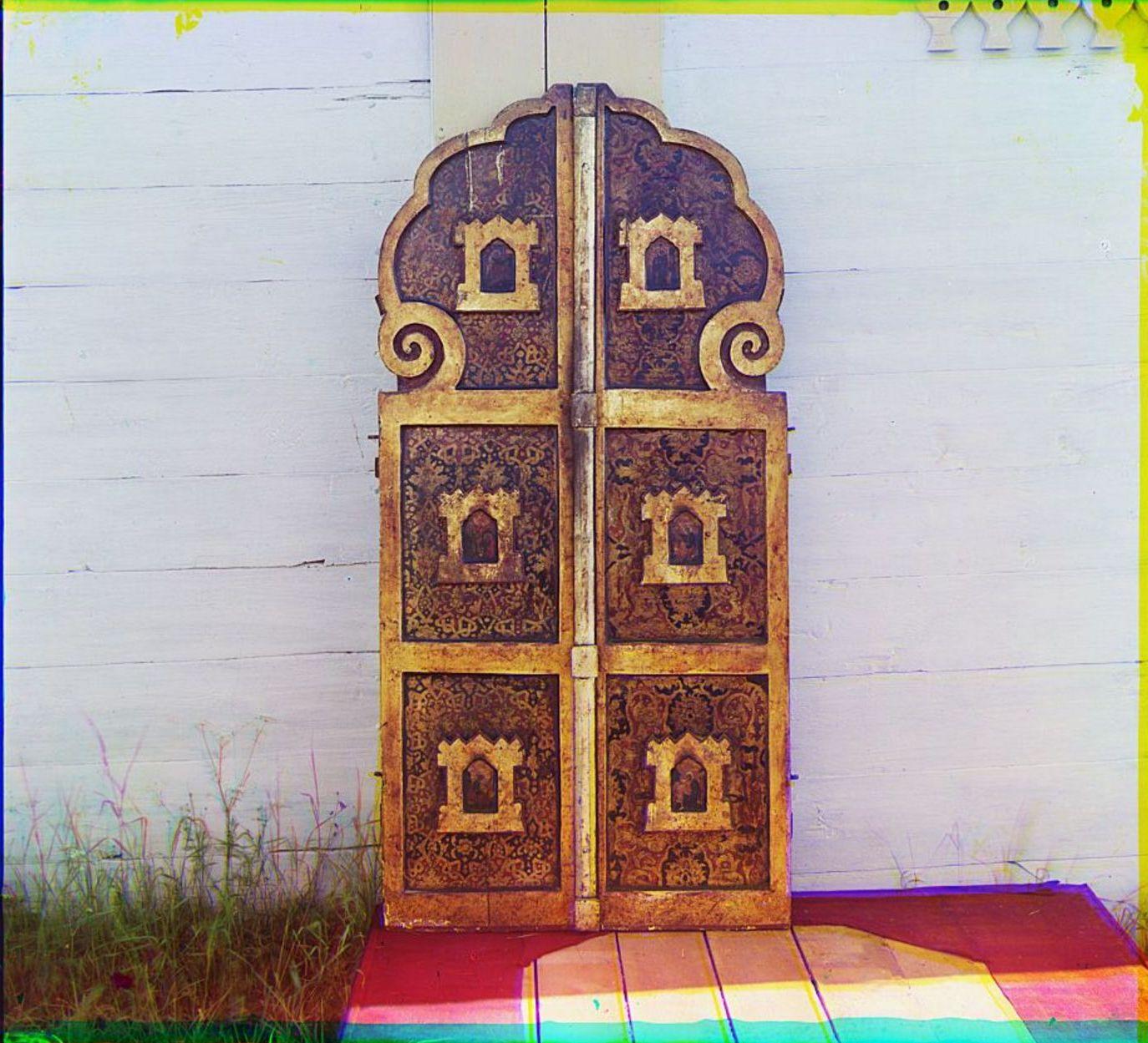 Девятины. Старинные врата в церкви Успения Божией Матери