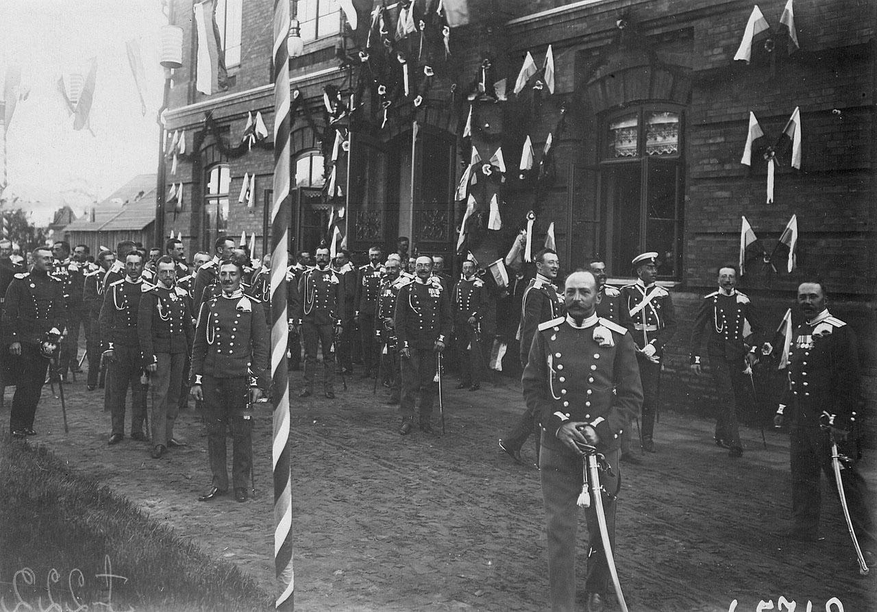 Офицеры Уланского полка ждут прибытия императора Николая II в день празднования 250-летнего юбилея полка