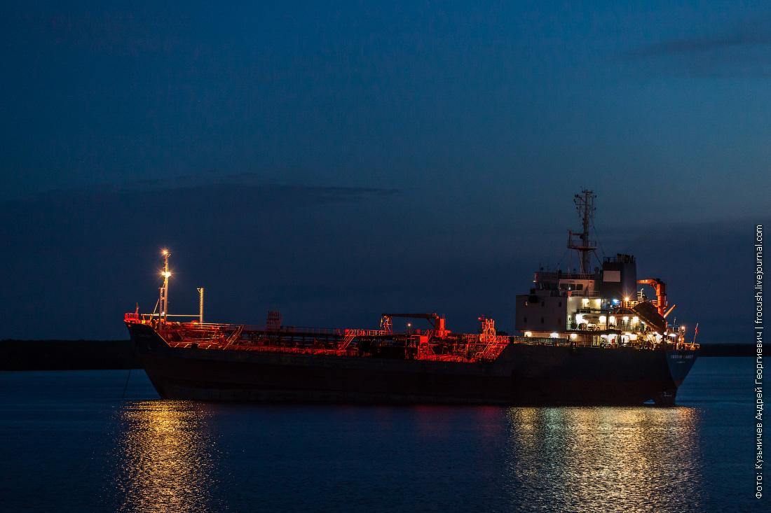 Ночное фото. Танкер «Святой Павел» на рейде Архангельска