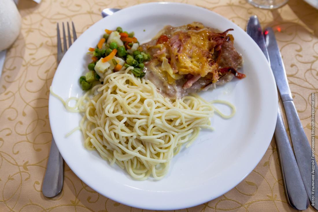 Свинина «Новинка», спагетти отварные, овощи тушеные