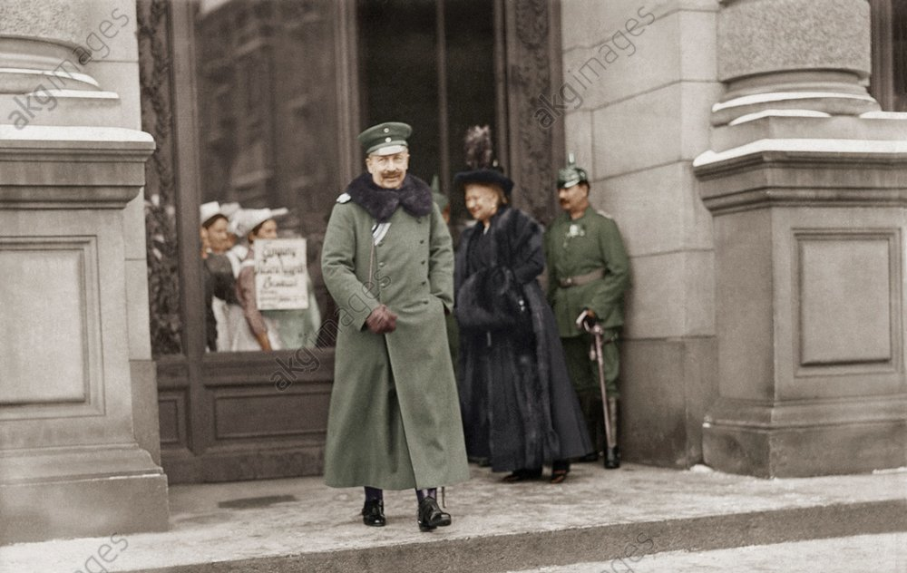 Kaiserpaar im Lazarett in Berlin / Foto - -
