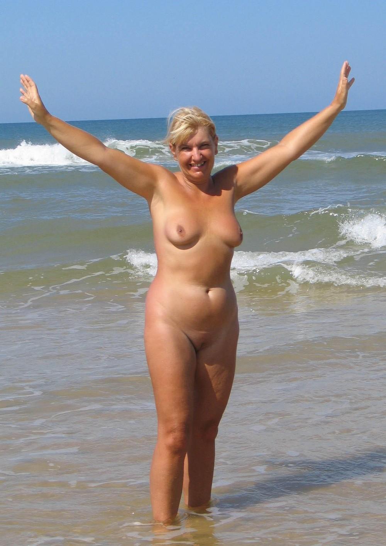Видео на пляже зрнлые женщины