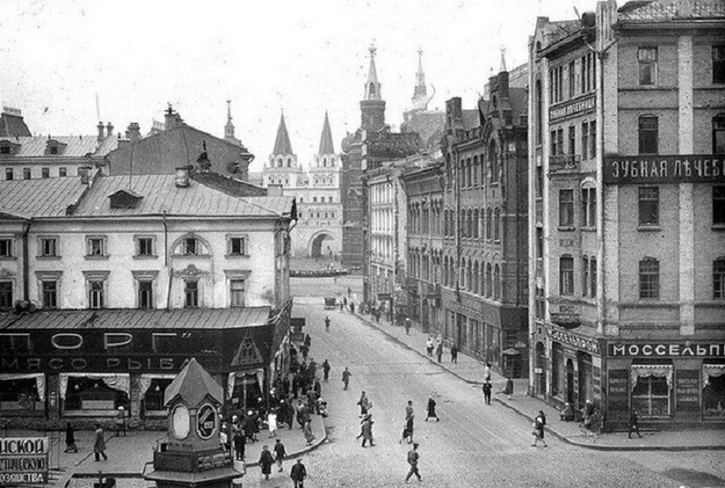 На линии улицы, справа, между домами - Обжорный ряд, дальше по улице, справа - Лоскутный переулок