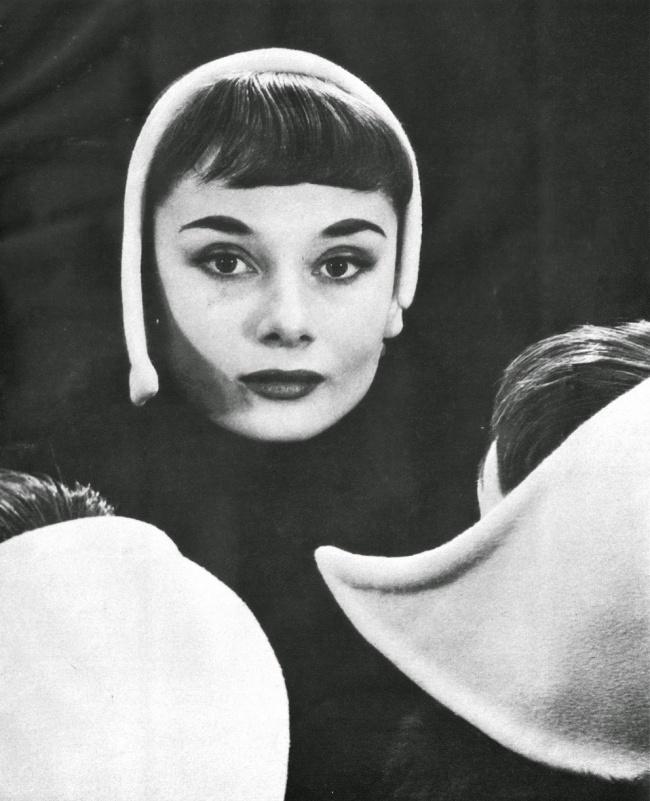 Одри Хепберн, тогда еще модель, нафотографии Эрвина Блюменфельда вего студии вНью-Йорке. 1952