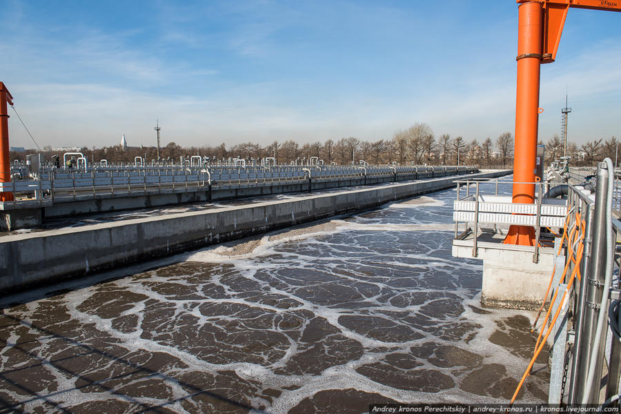 7. Далее следуют аэротенки — здесь вода очищается при помощи активного ила с микроорганизмами