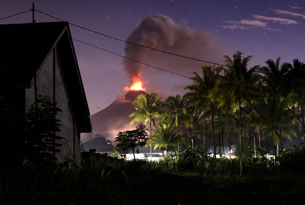 Это действующий вулкан Бромо на востоке острова Ява в Индонезии, 5 января 2016. Имеет высоту 23