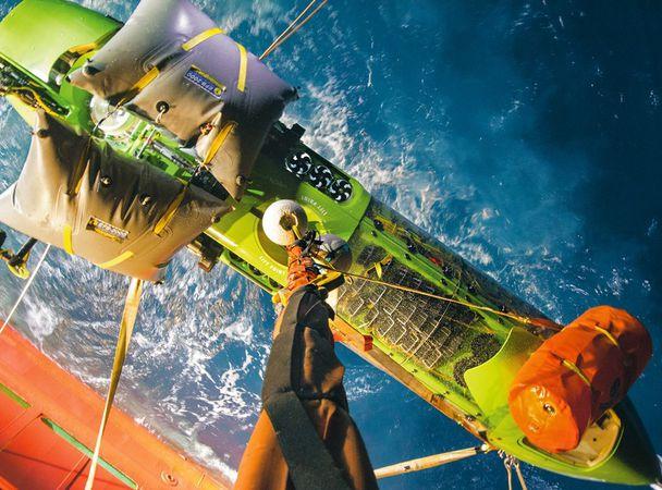 Батискаф Deepsea Challenger поднимают напалубу после тестового погружения на8221 метр. Оранжев