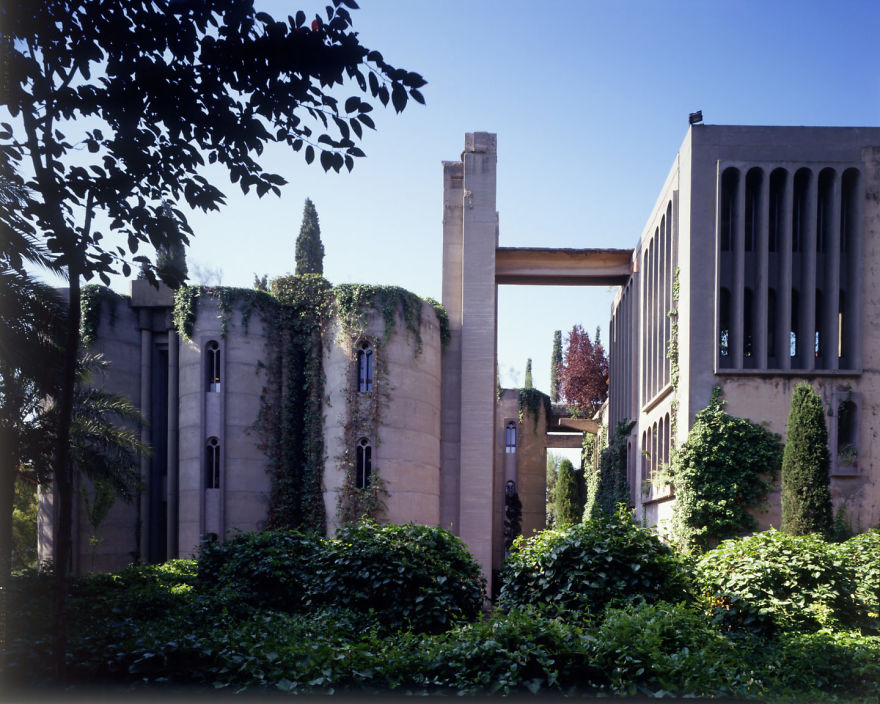Это бывший цементный завод времен Второй мировой войны, который Бофилл купил в 1973 году и начал рем