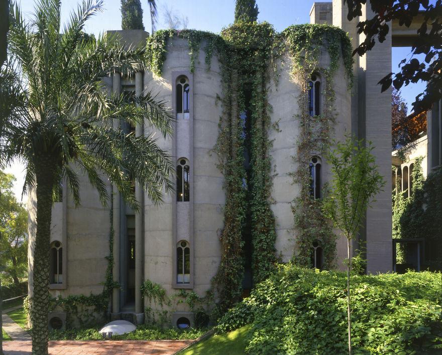 Это придает зданию таинственность романтических развалин и делает его неповторимым.