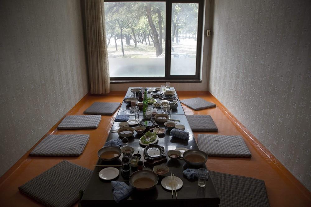 3. После обеда в ресторане в городе Вонсан. (Photo by David Guttenfelder / AP Photo)